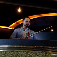 Violinist from Adagio performs live in the MDR